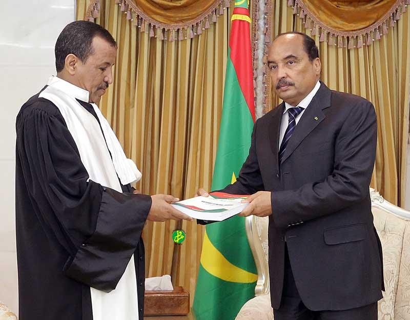 Le président Aziz recevant un rapport de la cour des comptes